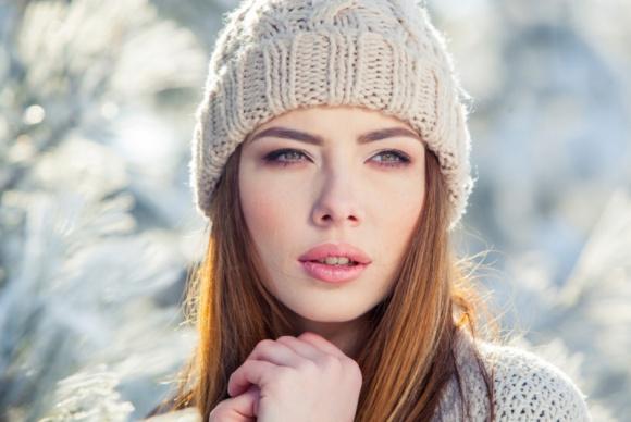 Jak pielęgnować skórę zimą, by wiosną nie trzeba było jej ratować? LIFESTYLE, Uroda - Co roku przełom zimy i wiosny upływa pod znakiem intensywnej regeneracji skóry, zmęczonej niesprzyjającymi czynnikami atmosferycznymi oraz trapiącymi nas zimą zanieczyszczeniami powietrza. Co zrobić, aby skóra była w harmonii i nie musiała balansować zależnie od pór roku?